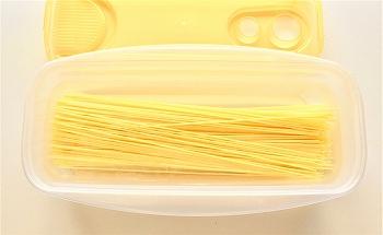 レンジでパスタの容器にスパゲティを入れた写真