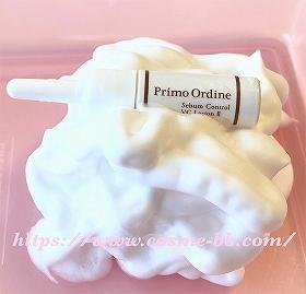プリモディーネ炭酸泡洗顔料の泡にミニサイズの化粧水を乗せる