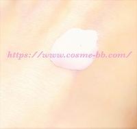 dプログラムの敏感肌用UV化粧下地 ベビーピンクを肌につける