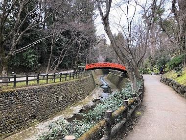 北野天満宮 梅苑内の赤い橋の風景