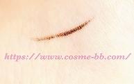 セザンヌ 極細アイライナーの毛筆タイプで肌に描いたライン