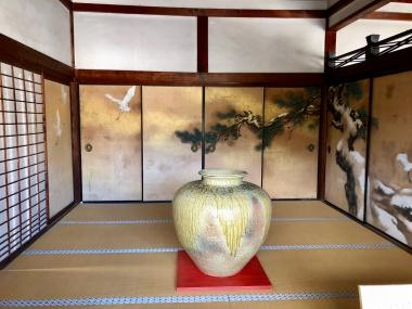仁和寺 御殿の部屋に展示されている大きなツボ