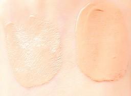 プリオール 美つやBBファンデーションの色 左がオークル2  右がオークル3