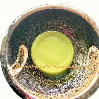 伊藤久右衛門 宇治抹茶わらび餅 茶蕨(さわらび)を皿に盛る