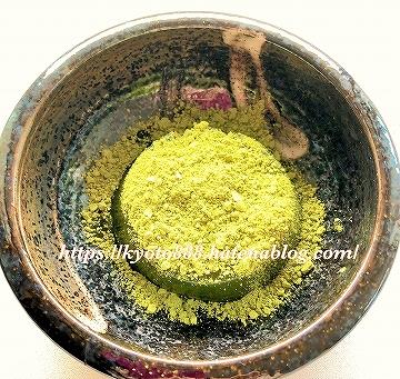 伊藤久右衛門 宇治抹茶わらび餅に蜜ときな粉をかけて食べる