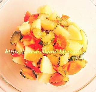 ホットクックで卵入りポテトサラダを作る。加熱された野菜