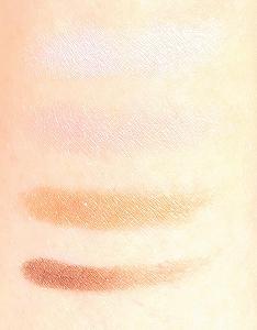 無印良品 アイシャドウ ピンクブラウンの4色を肌につける