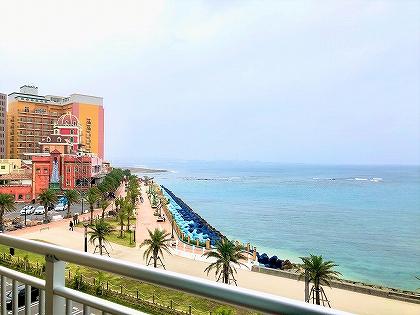 ダブルツリーbyヒルトン沖縄北谷リゾートの客室から見える海とアメリ