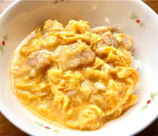 吉野家 親子丼の具(冷凍食品)をお皿に盛って食べる