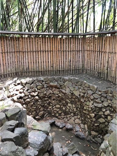 竹藪の横にある化粧の井戸