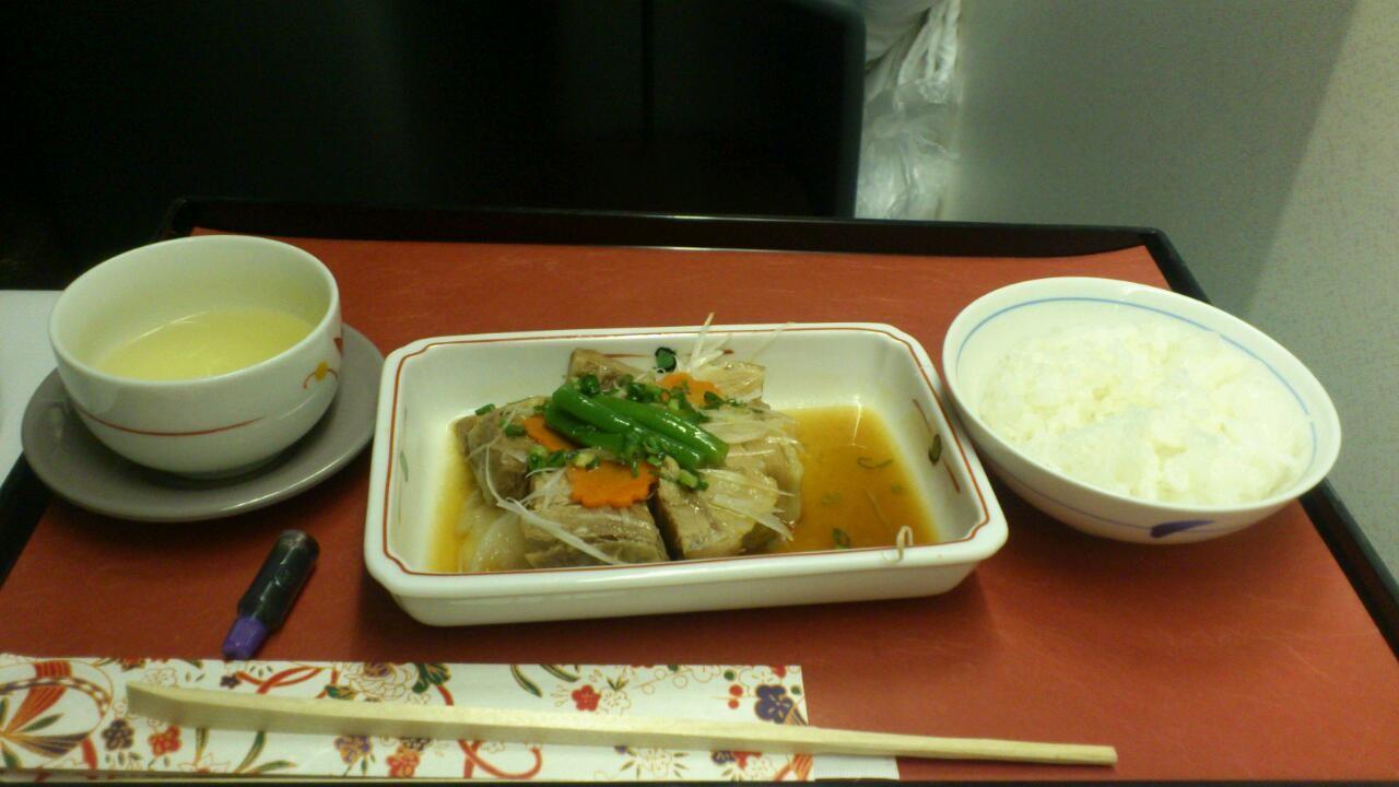 機内食こんなかんじー。 http://bit.ly/yMcmYZ けっきょく和食にした。
