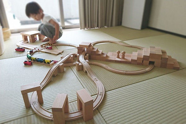 積み木の建造物が増えてレール遊びも進化