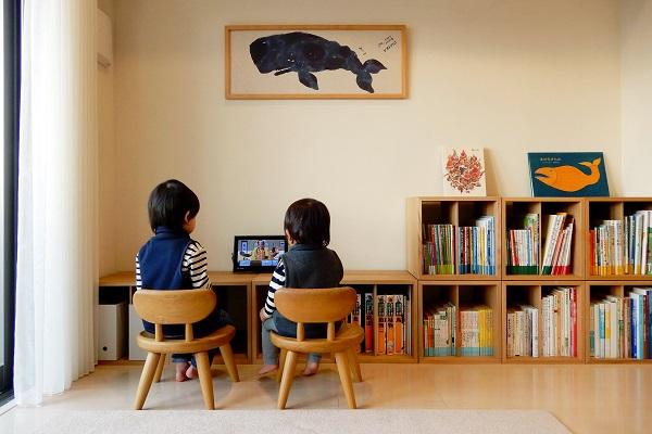 1LDKリビングでテレビ鑑賞する子供たち