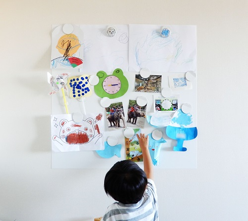 子どもの作品は1枚のアートのように飾る