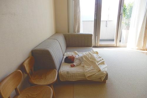 1LDKのリビング。ローソファで寝ている次男