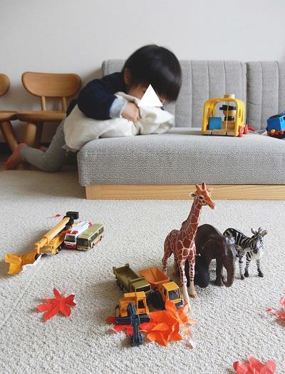 1LDKのリビング。ソファにおもちゃが並ぶ