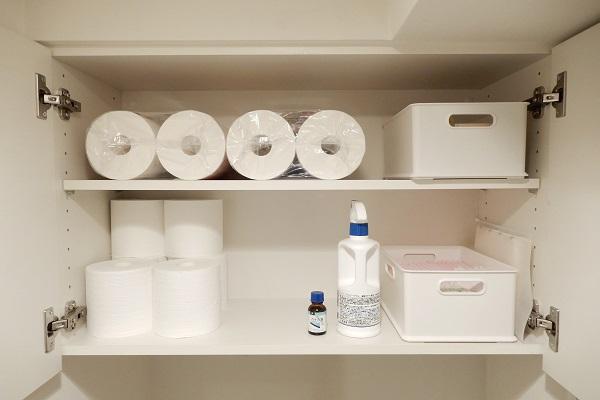 トイレ吊戸棚に備蓄・非常用グッズを収納