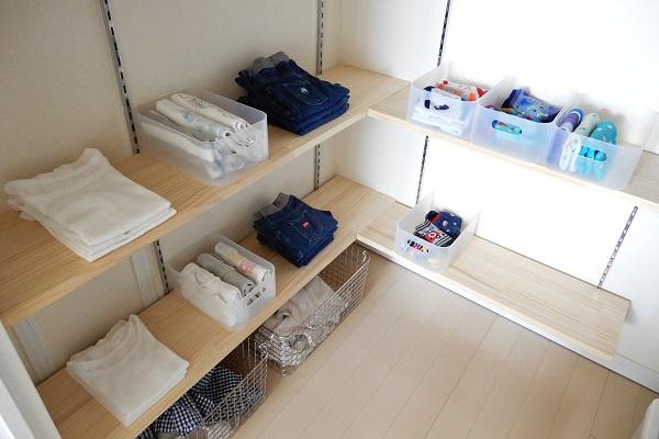 オンシーズンの子供服はオープン棚に収納