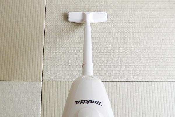 カーペット用ノズルで畳の目に沿って掃除機がけ
