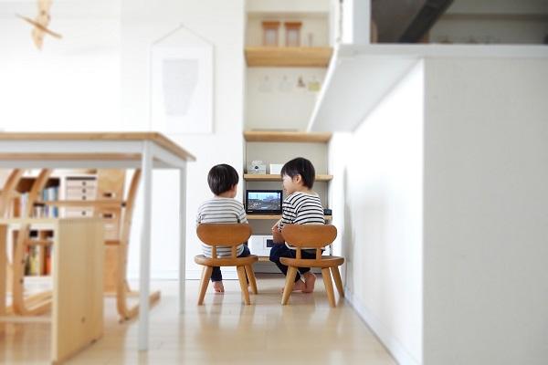 ポータブルテレビを見る子供たち