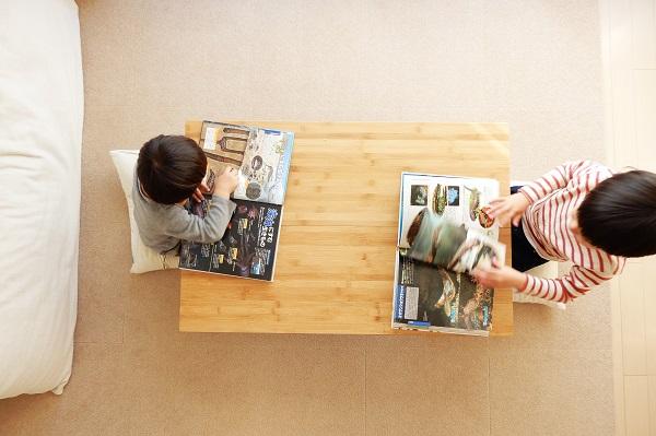 小さなリビングに便利な折り畳みテーブル