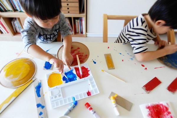 子供と絵の具あそび