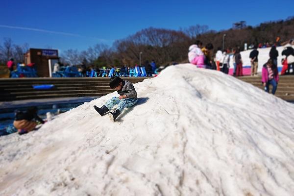 さがみ湖スノーパラダイスのちびっこ雪遊び山