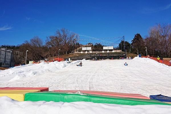 さがみ湖スノーパラダイスでそり滑りデビュー