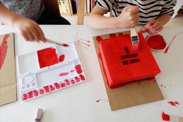 赤い絵の具でポスト作り