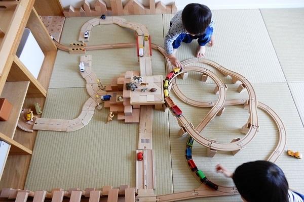 MICKI社木製レールでループ橋作り