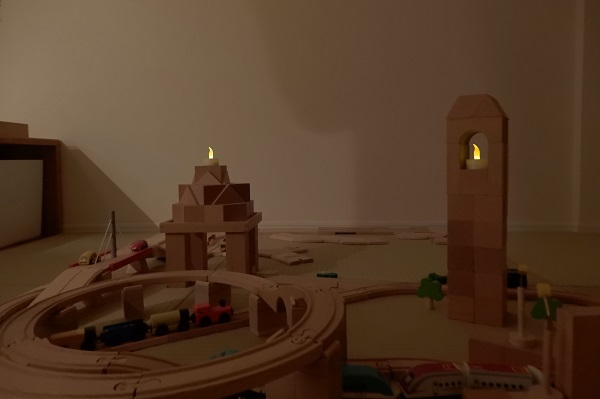積み木の街をキャンドルライトで夜を演出