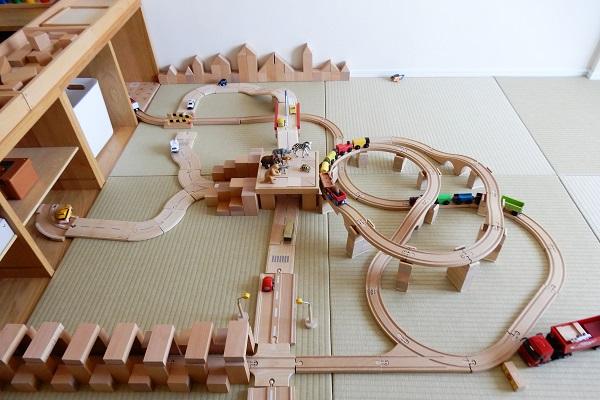木製レールと積み木で作る駅とループ橋