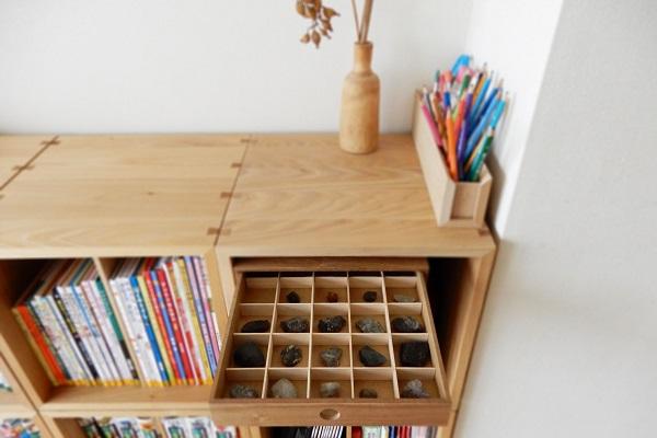 本棚の引き出しにコレクションケースを収納