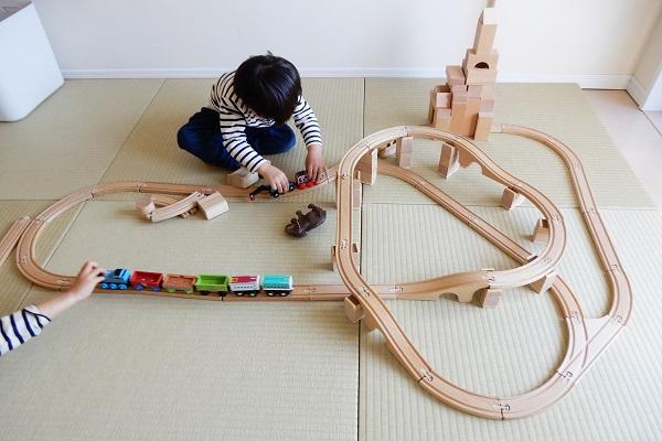 4歳児がMICKI社木製レールと積み木で作った街