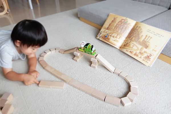 積み木で線路を作る