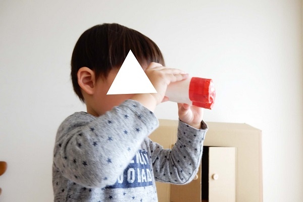 トイレットペーパーの芯とカラーセロハンで作る色付き双眼鏡