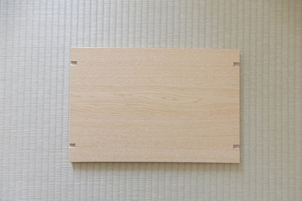 棚板を彫刻刀で棚ダボ用に加工