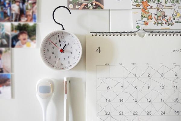 幼稚園身支度コーナーに子供用カレンダーと時計