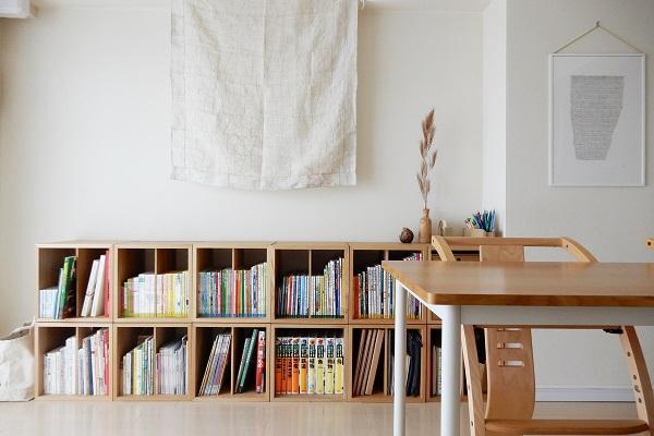 1LDK小さなリビングの絵本棚