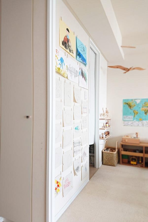 子供たちの絵を壁いっぱいに飾る