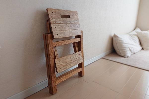 椅子にもなる踏み台はコンパクトに収納