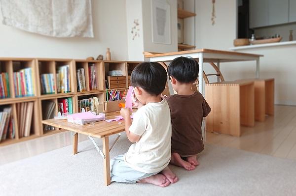 ローテーブルで作業する子供たち