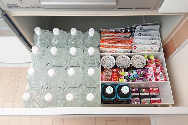 非常食の備蓄はキッチン下に収納