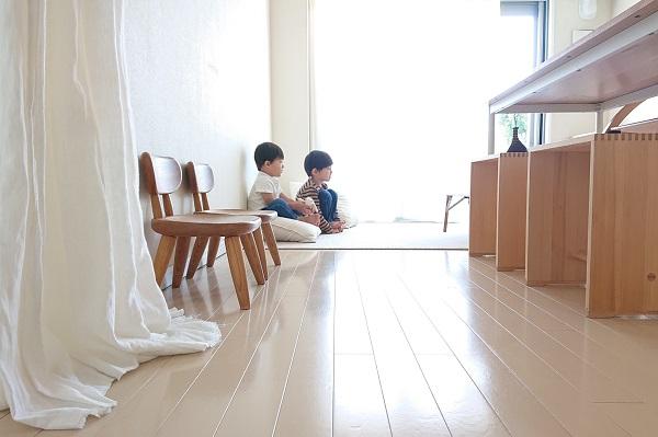 ロングクッションに座る子どもたち