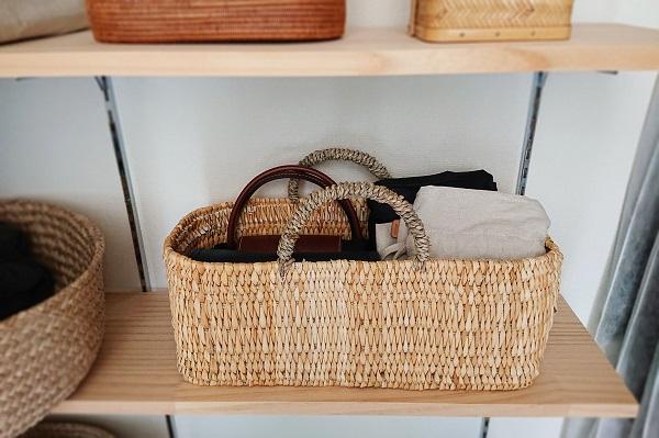 バッグはかごに入れて収納