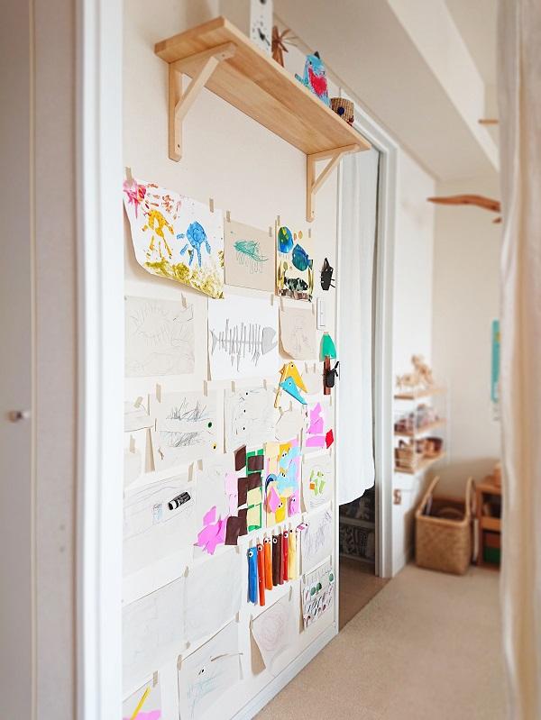 壁いっぱいの子どもの作品
