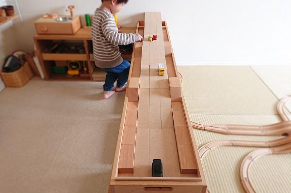 積み木と長板で坂道