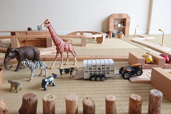 積み木と木製レールで牧場あそび