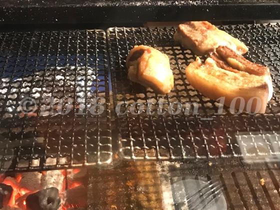 肉山おおみやの厨房で炭火焼にされる塊肉