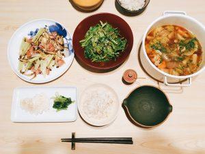 ご飯 福岡 オリ飯 ふみ飯 器 美味しい 和食 ランチ お昼ごはん 豚汁 春菊のサラダ キムチ セロリ ベーコン しめじ 炒め物 もち米 ダイエット ヘルシー 漬物